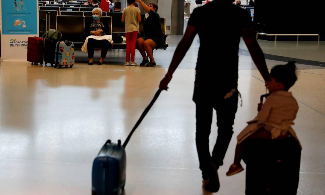 Passageiros no aeroporto de Lisboa, em Portugal Foto: Rafael Marchante / REUTERS