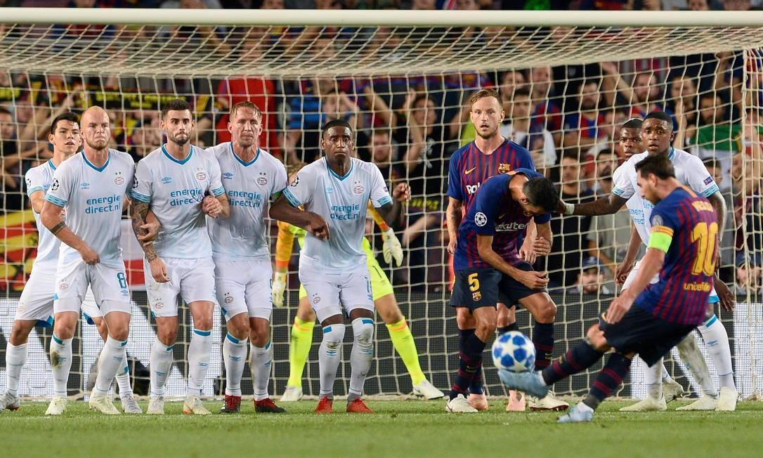 Messi chuta a bola durante jogo do grupo B da Liga dos Campeões, o PSV, no estádio Camp Nou, em Barcelona, em 18 de setembro de 2018 Foto: JOSEP LAGO / AFP