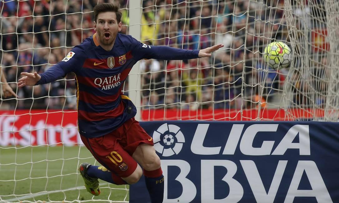 Messi comemora gol durante partida da Liga Espanhola, em maio de 2016. Ao balançar as redes nesta terça-feira (30), contra o Atlético de Madrid, pelo Campeonato Espanhol, Messi atingiu marca histórica de 700 gols como profissional Foto: Albert Gea / Reuters