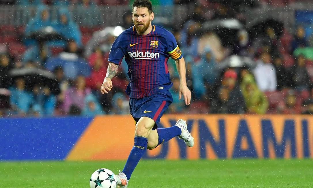 Lionel Messi corre com a bola durante o jogo de futebol do grupo D da UEFA Champions League, em outubro de 2017 Foto: Lluis Gene / AFP