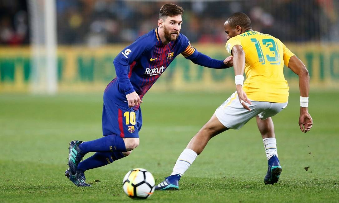 Messi e o meio-campista Tiyani Mabunda disputam a bola durante amistoso entre Barcelona e Mamelodi Sundowns, em maio de 2018 Foto: PHILL MAGAKOE / AFP
