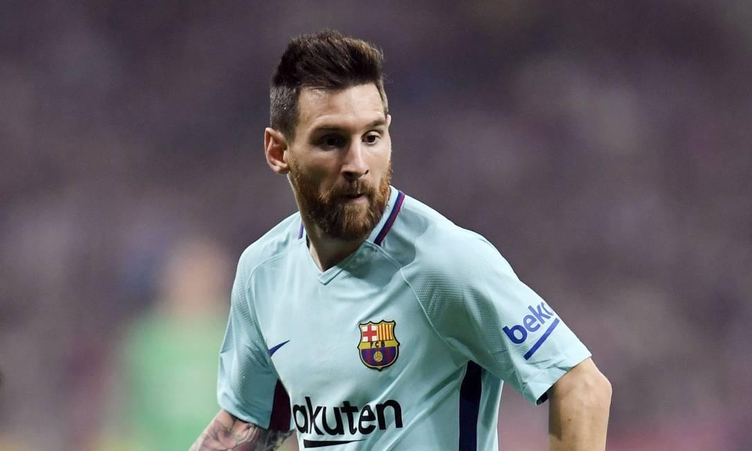 Messi controla a bola durante o jogo de futebol da liga espanhola. Craque soma 630 gols pelo Barcelona e 70 pela seleção da Argentina Foto: GABRIEL BOUYS / AFP