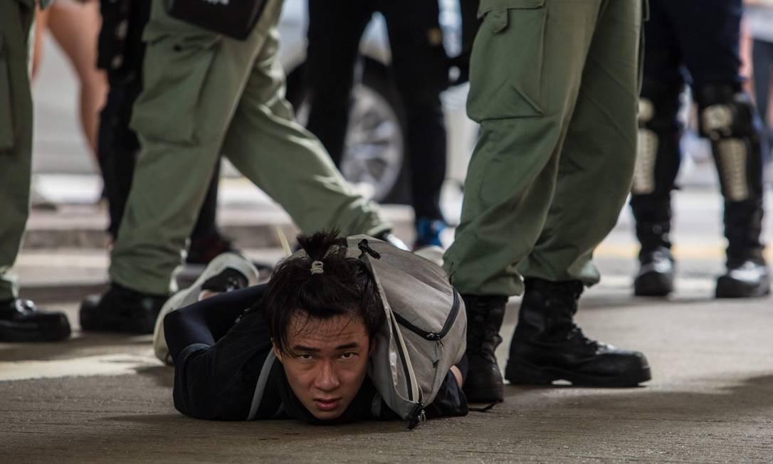 Manifestante é detido durante protesto em Hong Kong Foto: DALE DE LA REY / AFP