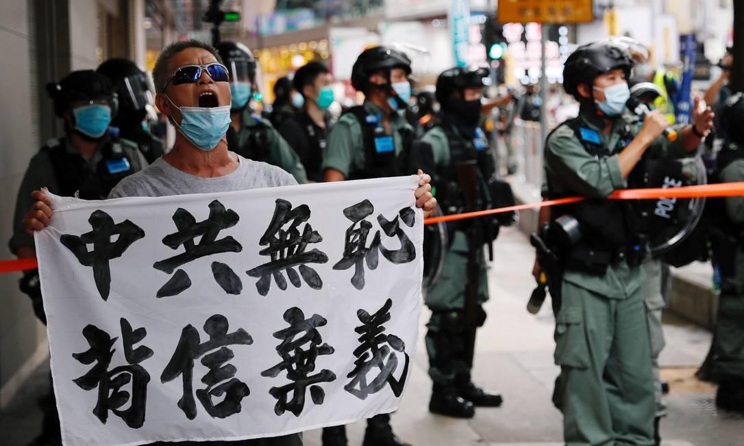 """""""Partido comunista chinês é descarado, quebra as promessas"""", diz o cartaz Foto: TYRONE SIU / REUTERS"""