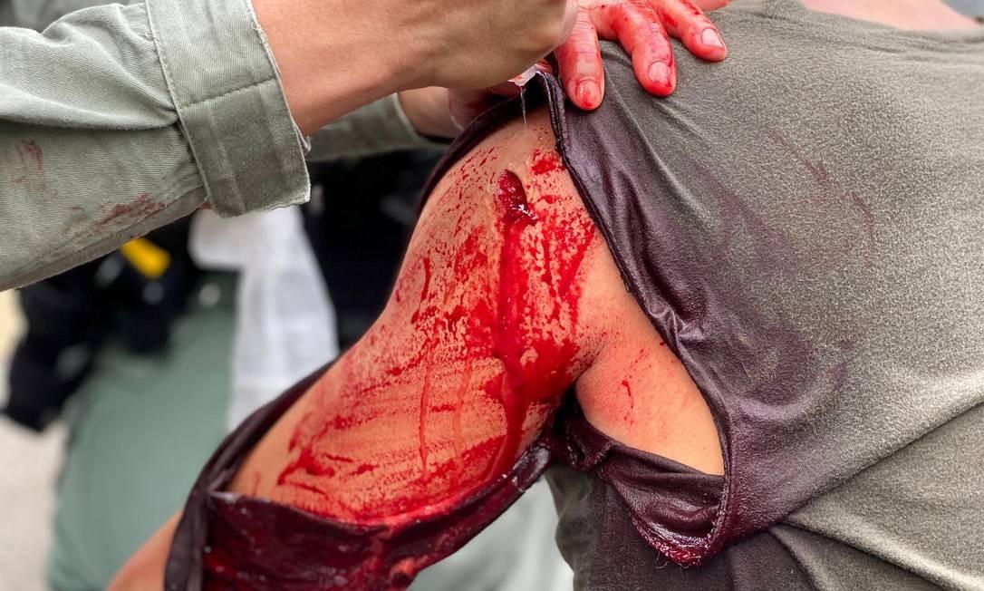 Policial é ferido em confronto com manifestantes contra a nova lei de segurança durante o aniversário da devolução de Hong Kong à China Foto: HONG KONG POLICE FORCE / HONG KONG POLICE via REUTERS