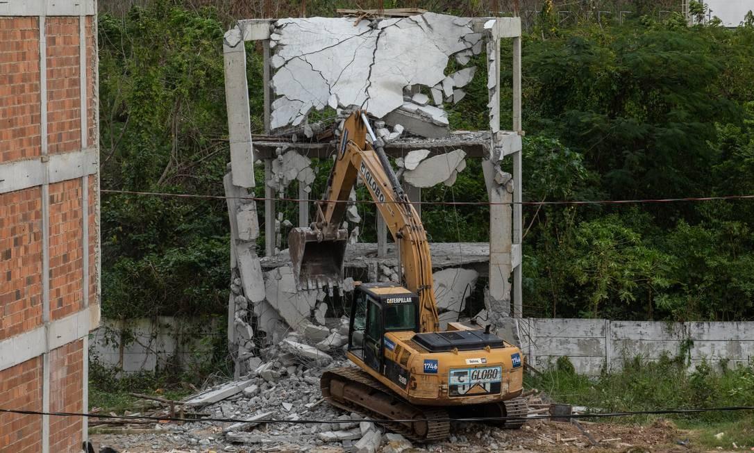 Retroescavadeira derruba pédios irregulares construídos por milicianos na Gardênia Azul, Zona Oeste do Rio Foto: Brenno Carvallho / Agência O Globo