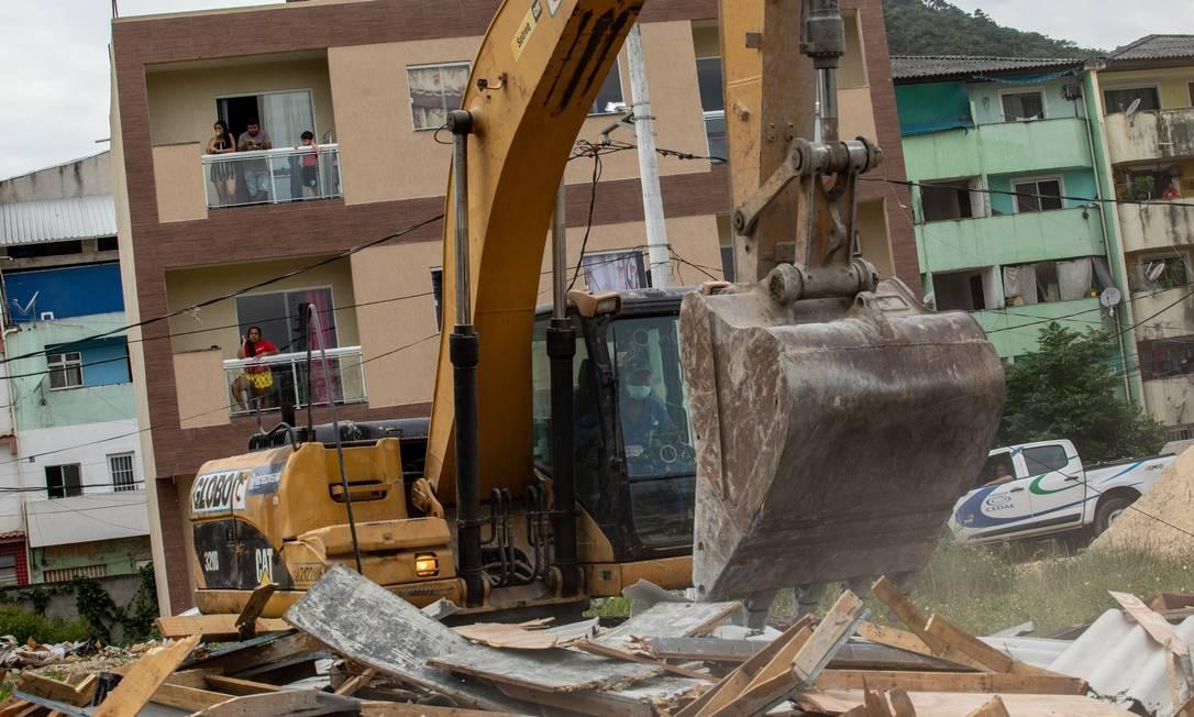 Retroescavadeira derruba prédios irregulares construídos por milicianos na Gardênia Azul, Zona Oeste do Rio Foto: Brenno Carvallho / Agência O Globo