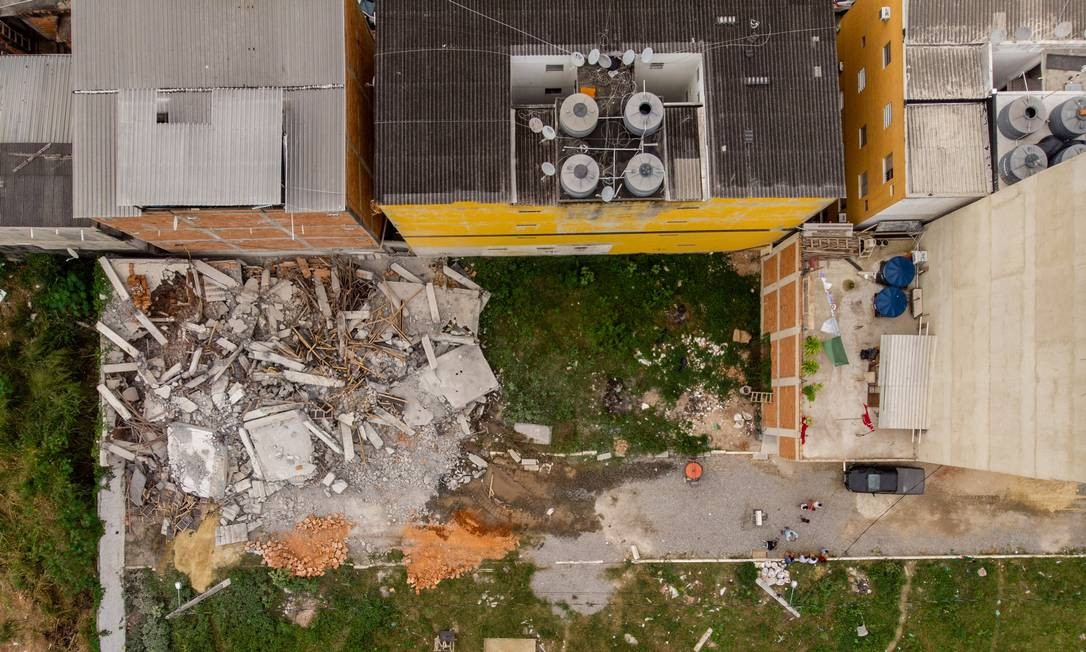 Foto aérea mostra escombros de edifícil derrubado pela prefeitura Foto: Brenno Carvalho / Agência O Globo