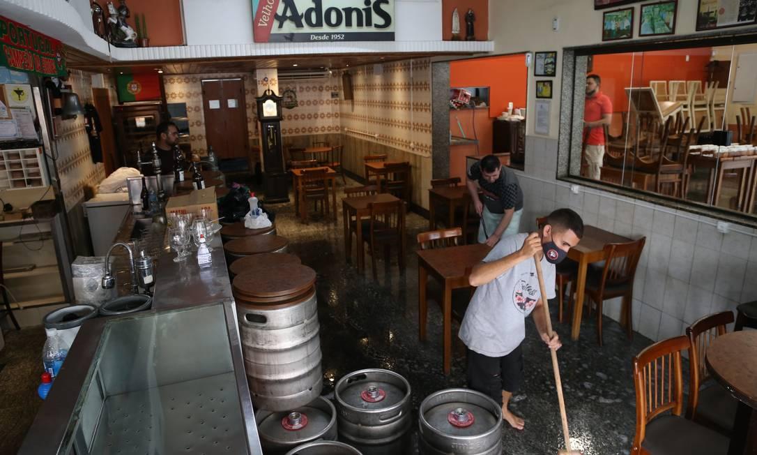 Bar Adonis em Benfica reduziu número de mesas e afastou-as. Estabelecimento passou por limpeza para receber os clientes Foto: Pedro Teixeira / Agência O Globo
