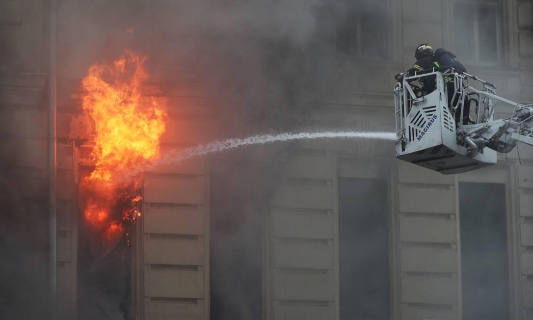 Bombeiros trabalham para apagar um incêndio em um prédio no centro de Moscou, Rússia Foto: EVGENIA NOVOZHENINA / REUTERS