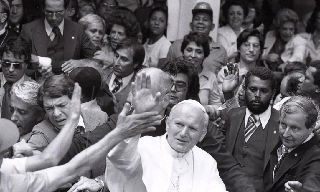 Papa João Paulo II durante visita ao Corcovado, em 2 de julho de 1980. Há 40 anos, Cristo Redentor recebia a visita do pontífice, que abençoou o Rio de Janeiro e todo o país aos pés do monumento, durante a viagem apostólica ao Brasil Foto: Manoel Soares / Agência O Globo