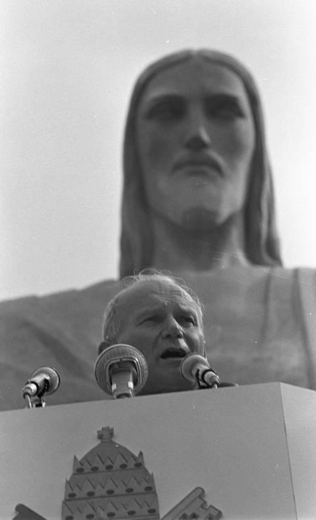 """O Papa João Paulo II, no Cristo Redentor. O pontífice, em seu discurso, disse: """"Cristo! De que outro lugar, no Brasil e fora dele, fazer ecoar este Nome"""". E mais adiante: """"Redentor! Os braços abertos, abraçam a cidade aos seus pés!"""" Foto: Aníbal Philot / Agência O Globo"""