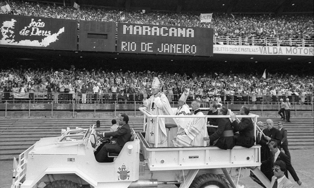 O Papa João Paulo II durante missa no Estádio do Maracanã Foto: Paulo Moreira / Agência O Globo