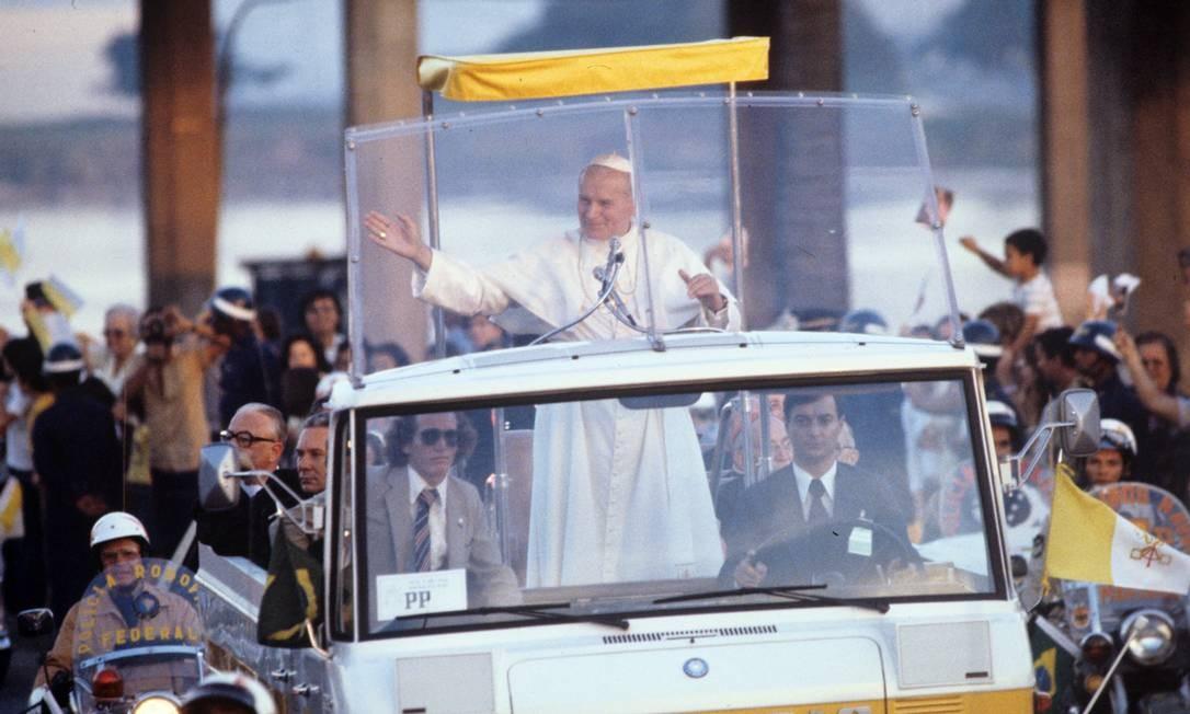 Papa acena para os fiéis no Papamóvel Foto: Aníbal Philot / Agência O Globo