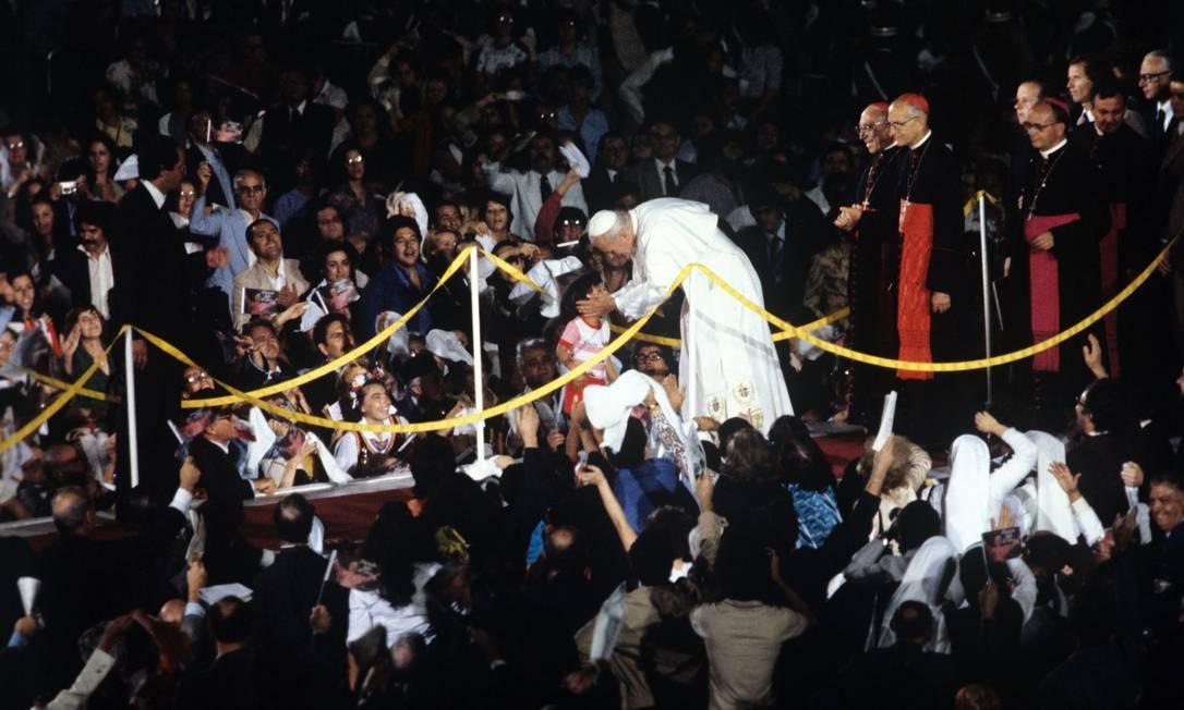Missa Campal no Aterro. Papa acaricia uma criança no meio da multidão Foto: Aníbal Philot / Agência O Globo