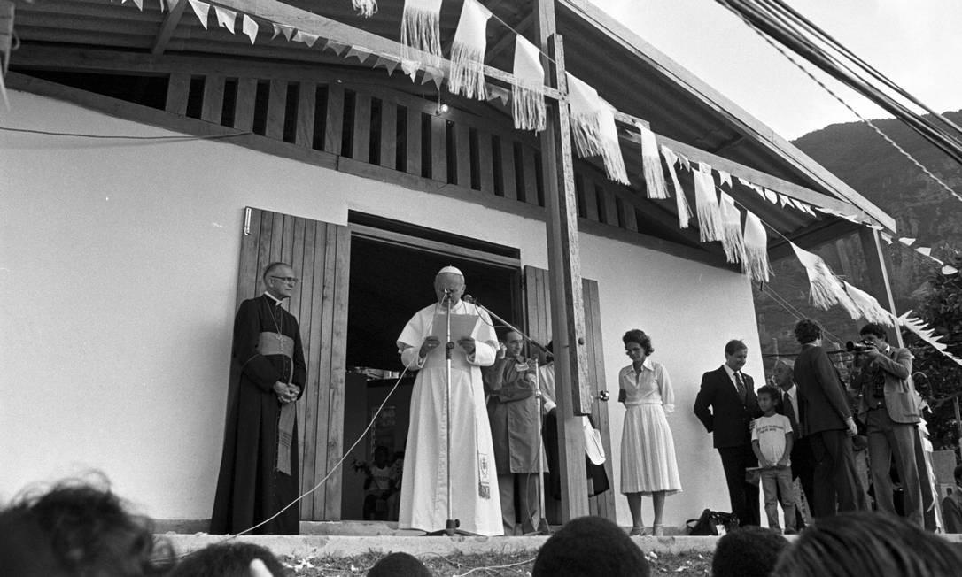 Papa reza missa no Vidigal, em 2 de julho, ao lado de Dom Eugênio Sales, então Arcebispo do Rio de Janeiro Foto: Aníbal Philot / Agência O Globo
