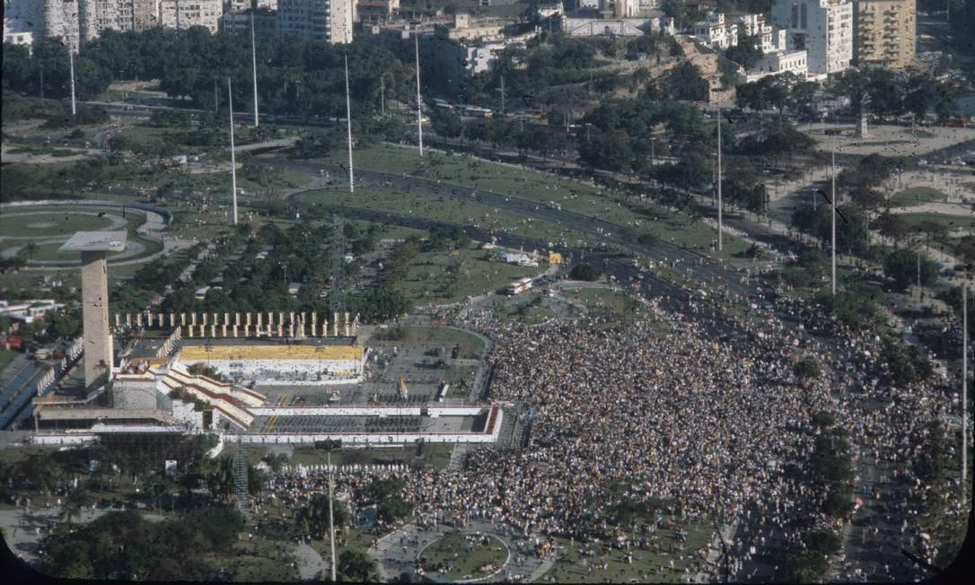 Multidão em volta do Monumento dos Pracinhas, no Aterro do Flamengo, ,para missa campal celebrada por João Paulo II Foto: Luis Alberto / Agência O Globo