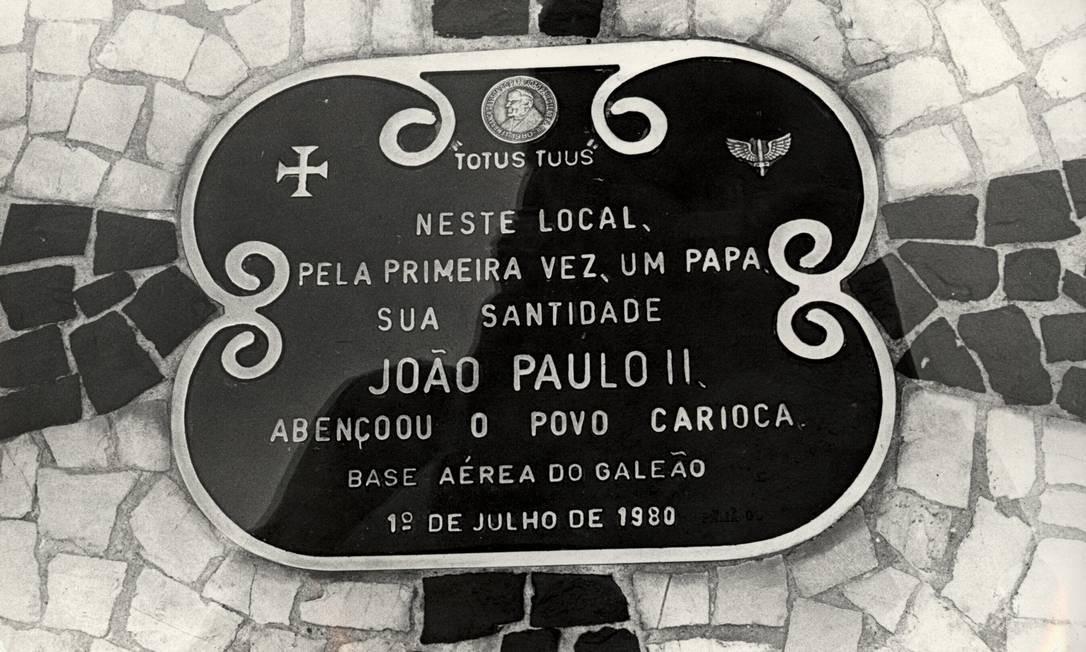 Placa na Base Aérea do Galeão lembra a chegada do Papa João Paulo II ao Rio de Janeiro, em 1º de julho de 1980 Foto: Luiz Pinto / Agência O Globo
