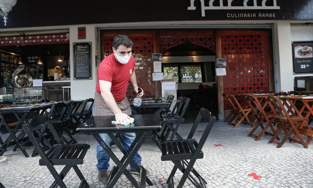 Restaurante na Praça Nelson Mandela, em Botafogo, Zona Sul, com mesas vazias na hora do almoço Foto: ROBERTO MOREYRA / Agência O Globo