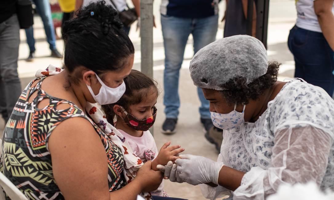 Teste rápido de Covid-19 no bairro de Nova Aurora, em Belford Roxo, na Baixada Fluminense Foto: BRENNO CARVALHO / Agência O Globo