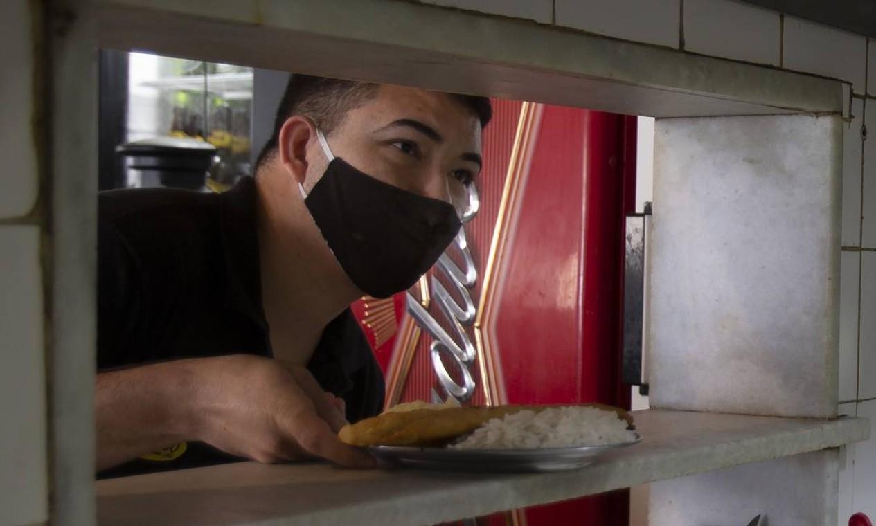 Primeiro dia de reabertura dos restaurantes durante pandemia no Rio Foto: ANTONIO SCORZA / Agência O Globo