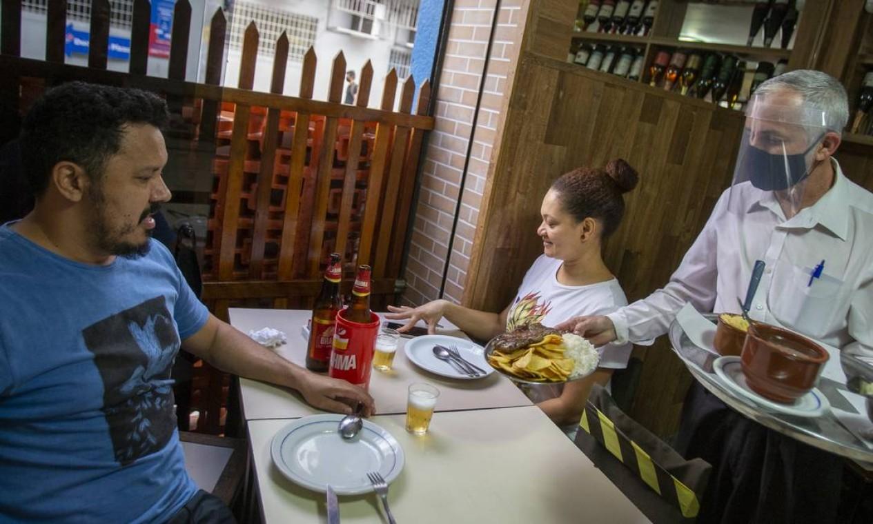 Primeiro dia de reabertura dos restaurantes durante a pandemia do novo coronavirus. Para funcionar, estabelecimentos precisam seguir uma série de regras para evitar a disseminação da Covid-19 Foto: ANTONIO SCORZA / Agência O Globo