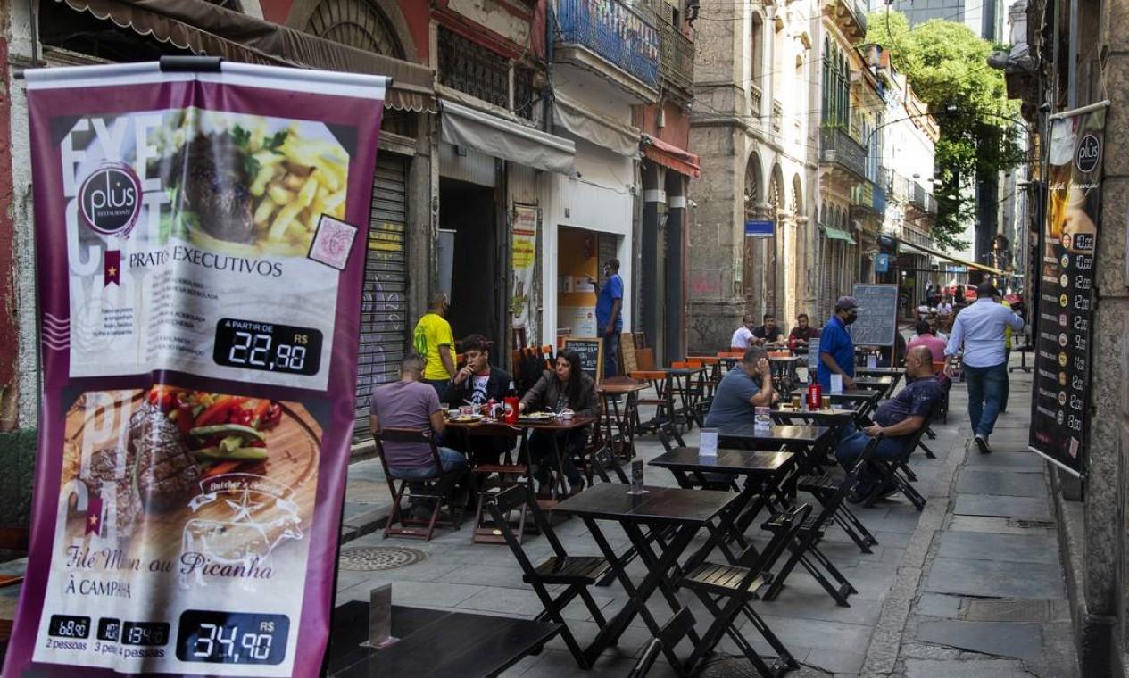 Uso de calçadas e de vagas de estacionamento pelos restaurantes, bares e lanchonetes da cidade só poderá ser feito às sextas-feiras, aos sábados e às vésperas de feriado, das 19h à 1h. Nos domingos e feriados, entre o meio-dia e 22h Foto: ANTONIO SCORZA / Agência O Globo