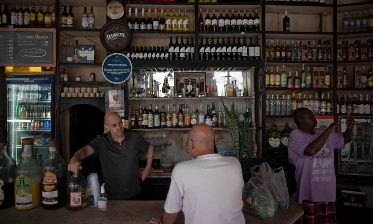 Os bares e restaurantes do Rio de Janeiro reabriram, apesar das críticas de especialistas em saúde no Brasil, um dos países mais atingidos do mundo pela pandemia Foto: MAURO PIMENTEL / AFP