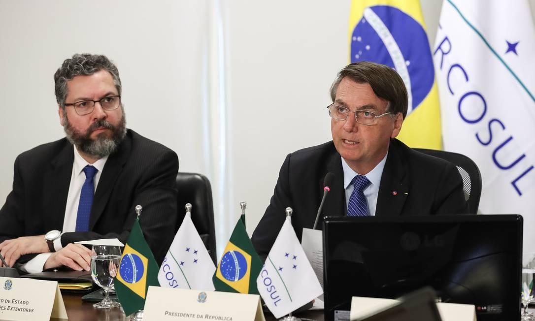 Ao lado do chanceler Ernesto Araújo, Bolsonaro discursa na cúpula virtual Foto: MARCOS CORREA / AFP