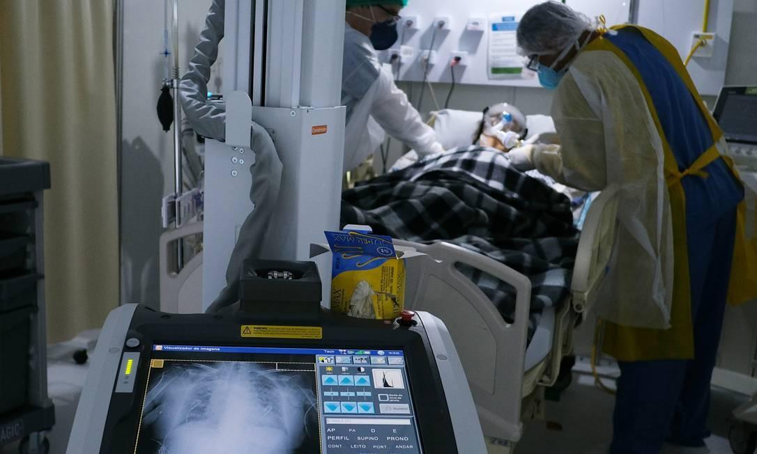 Profissionais de saúde atendem paciente com Covid-19 no hospital de campanha Lagoa-Barra, no Rio Foto: RICARDO MORAES / REUTERS