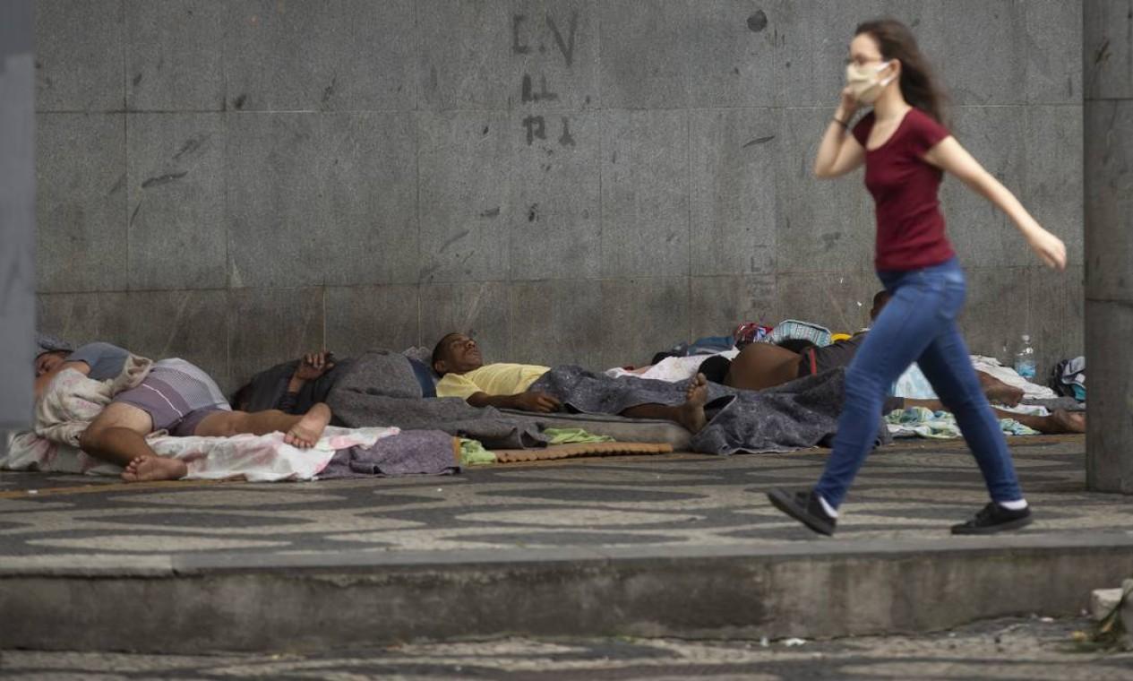 Pessoas em situação de rua dormem sob marquise de um prédio na Avenida Presidente Vargas Foto: Márcia Foletto / Agência O Globo