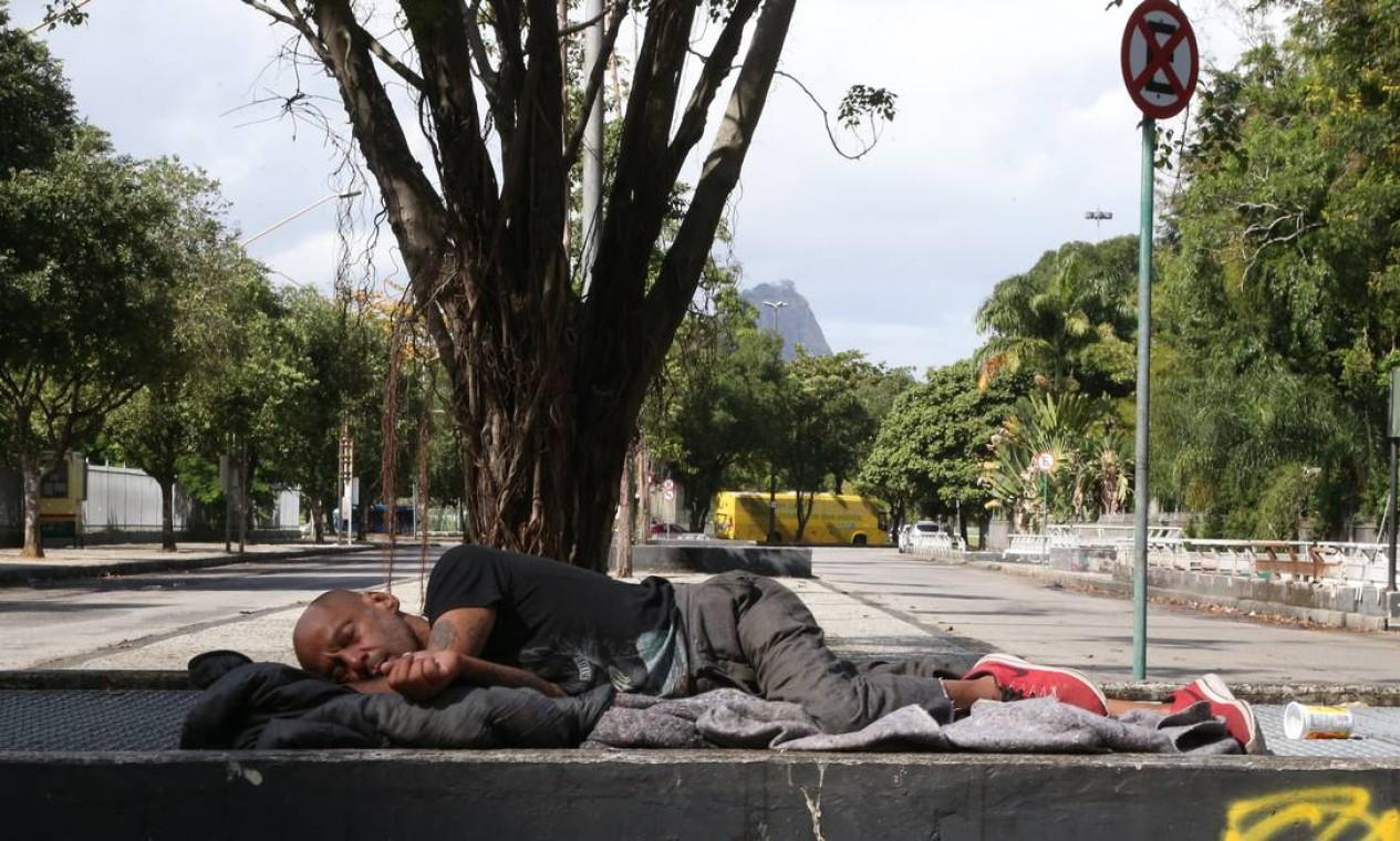 Homem dorme em praça na Cinelândia Foto: Pedro Teixeira / Agência O Globo