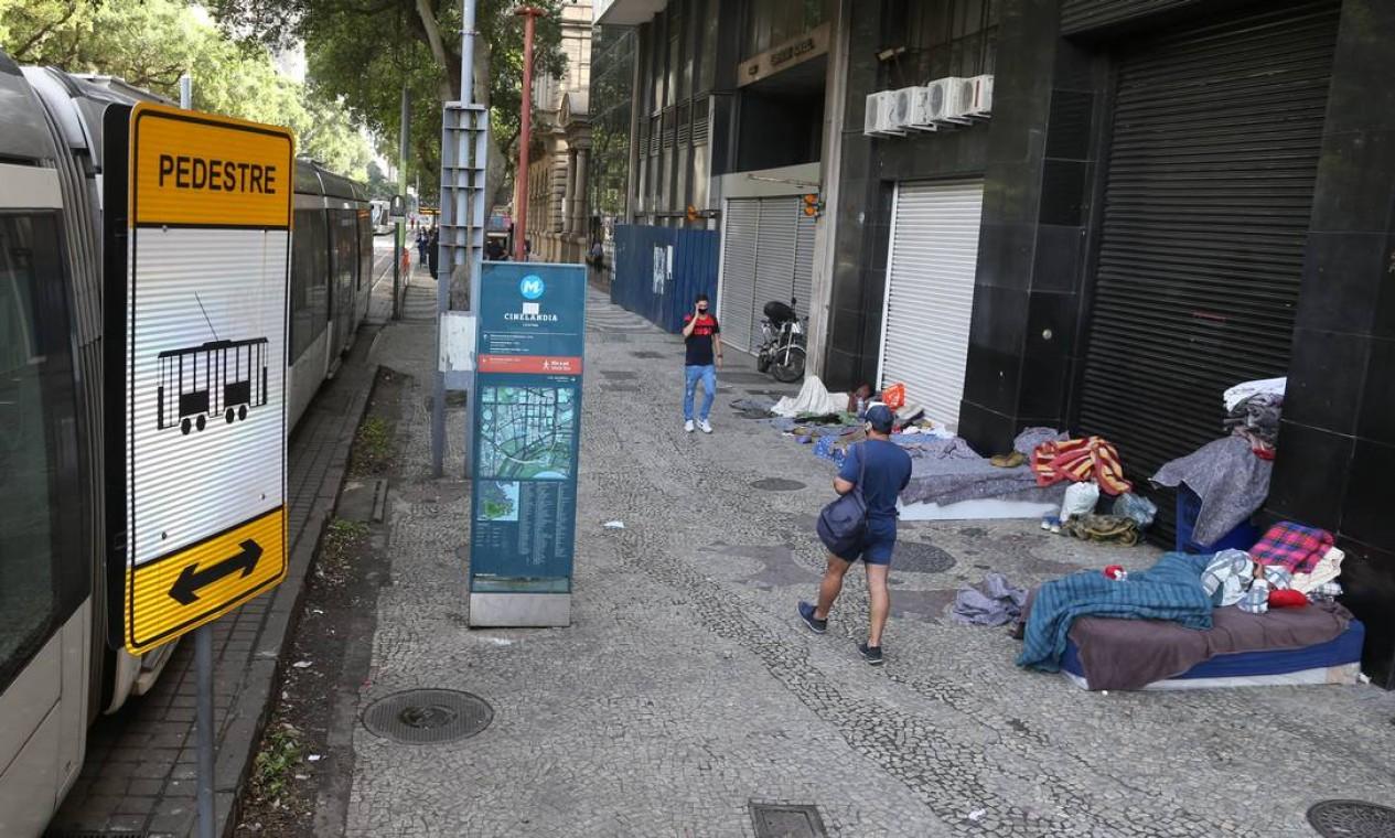 Na Cinelândia, diversas pessoas dormem em colchões colocados à porta dos comércios fechados Foto: Pedro Teixeira / Agência O Globo