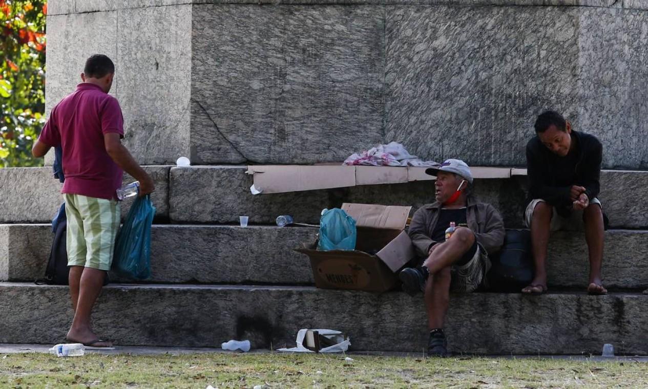 Moradores de rua na pracinha da Rua Augusto Severo, na Glória Foto: Pedro Teixeira / Agência O Globo