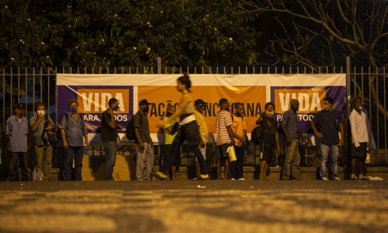 'Tenda Franciscana', na saída de um dos acessos do metrô da Carioca, ajuda pessoas em situação de rua durante a pandemia Foto: Alexandre Cassiano / Agência O Globo