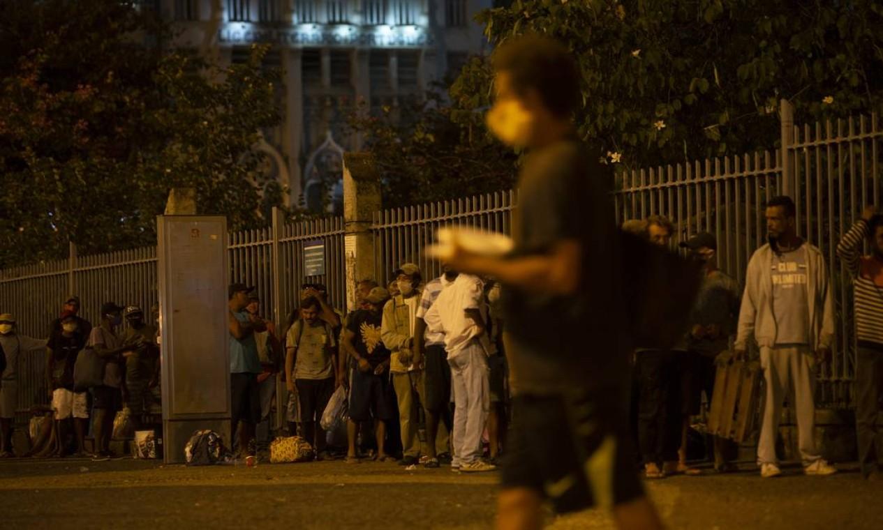 Iniciativa distribui 500 quentinhas por dia a pessoas em situação de rua, no Largo da Carioca Foto: Alexandre Cassiano / Agência O Globo