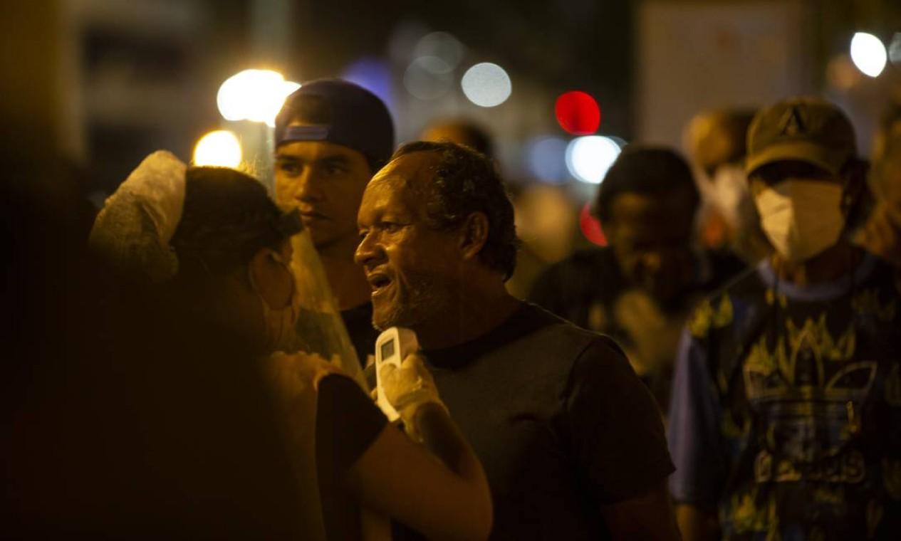 População de rua conta com assistência na Tenda Franciscana, incluindo medição de temperatura Foto: Alexandre Cassiano / Agência O Globo