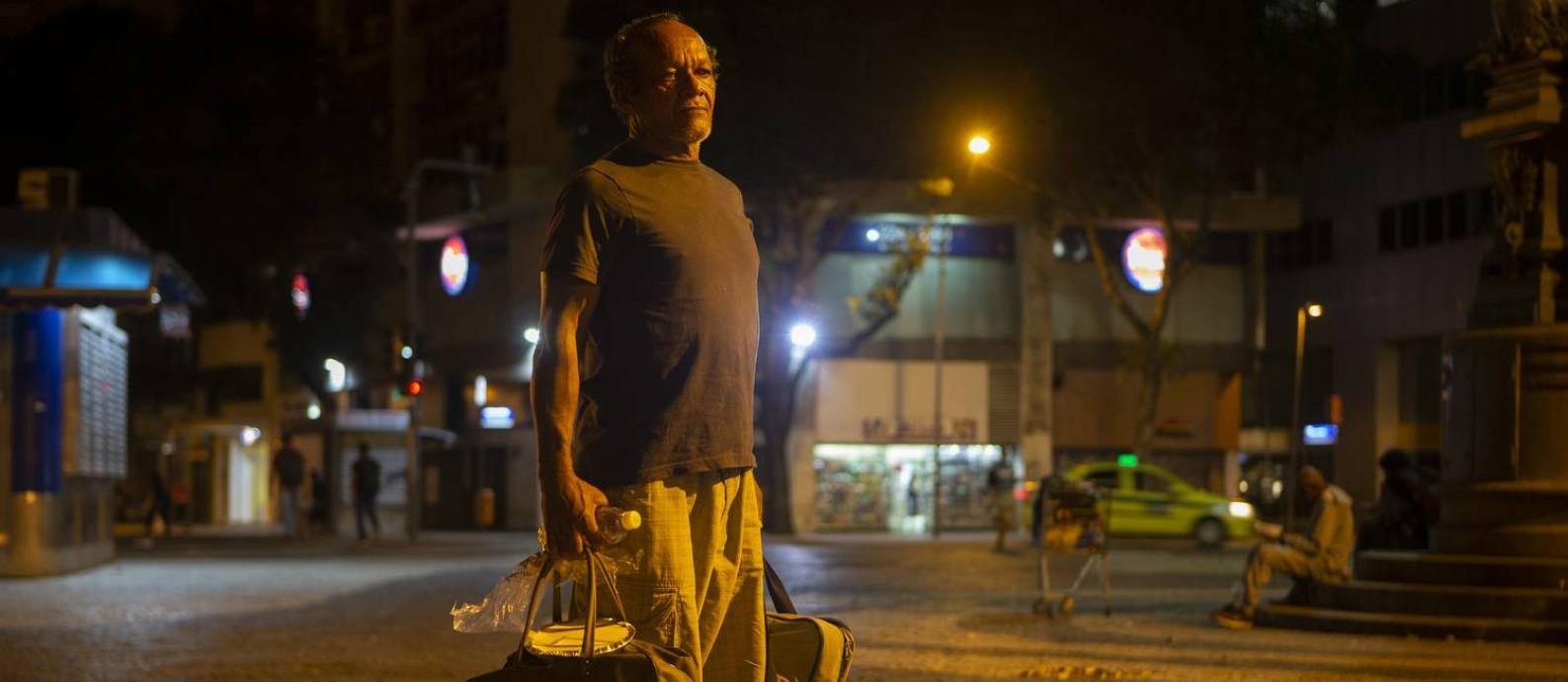 José Carlos Correia com seus pertences, que cabem em duas bolsas Foto: Alexandre Cassiano / Agência O Globo