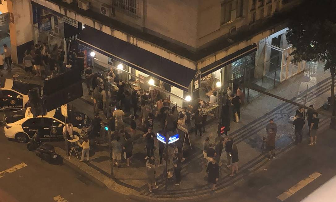 Pavão Azul, em Copacabana, teve muito movimento e nenhuma fiscalização Foto: Foto do leitor