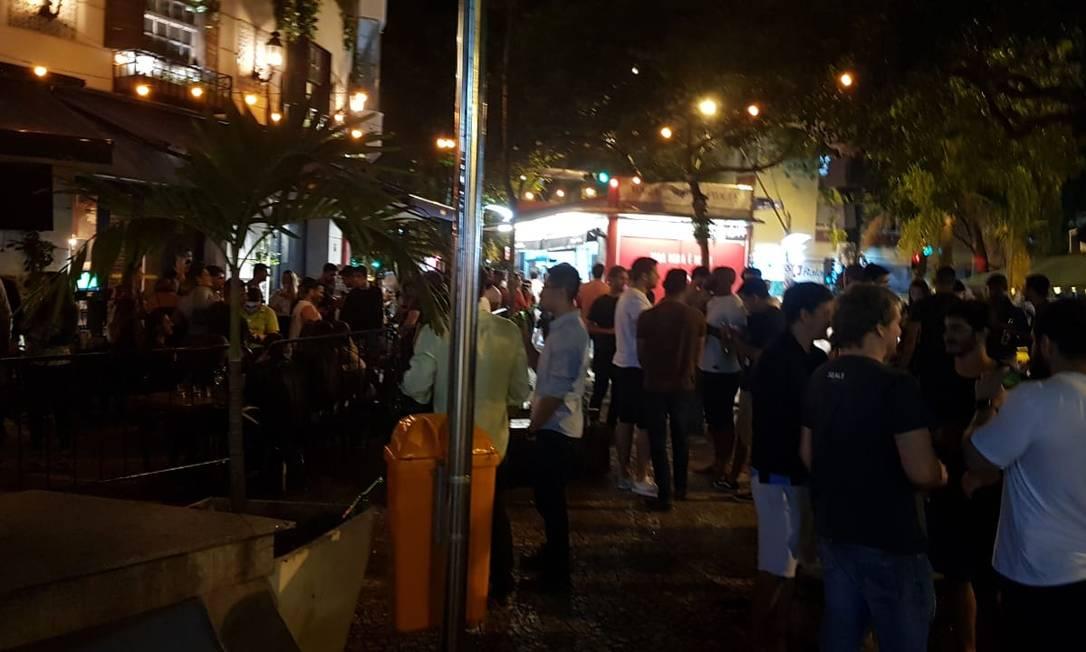 Com bares ao redor, Praça Cazuza, no Leblon, ficou lotada na noite desta quinta-feira Foto: Felipe Grinberg