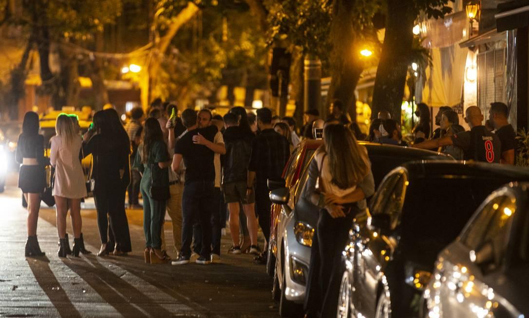 Cariocas ignoram medidas de isolamento social e se aglomeram em praça no Leblon, Zona Sul do Rio, na última quinta-feira Foto: Alexandre Cassiano / Agência O Globo