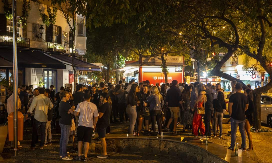 Pessoas aglomeradas na Rua Dias Ferreira, no Leblon Foto: Alexandre Cassiano / Agência O Globo