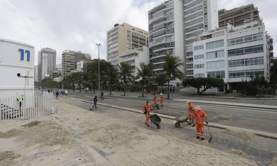 Equipe da Comlurb fazem limpeza na orla da Zona Sul Foto: Marcia Foletto / Agência O Globo