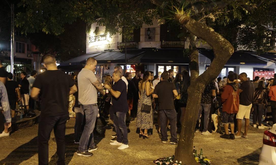 Primeiro dia da abertura de bares e restaurantes na cidade. Bar na rua Dias Ferreira, no Leblon, na Zona Sul do Rio Foto: Alexandre Cassiano / Agência O Globo