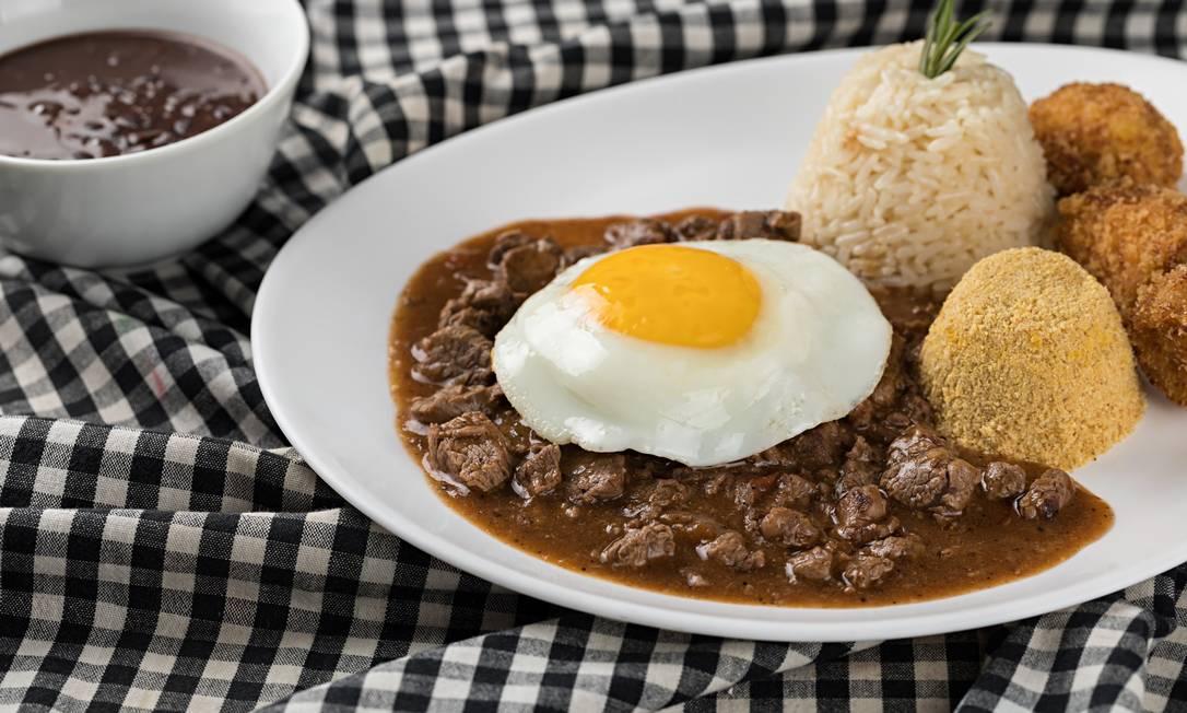 Guimas. O prato, que nunca sai do menu, vem com farofa, banana frita, arroz, feijão e ovo (R$ 62) Foto: Divulgação