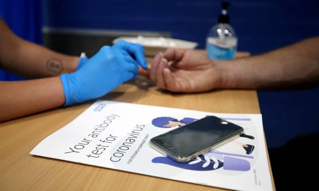 Homem faz teste rápido de anticorpos no Reino Unido Foto: CARL RECINE / REUTERS