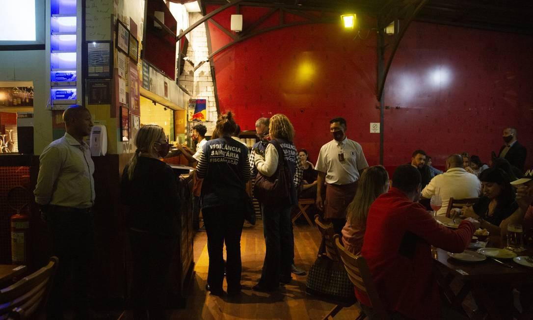 Balada vigiada: Fiscais da prefeitura vistoriam um restaurante na Barra para verificar cumprimento dos protocolos Foto: Gabriel Monteiro / Agência O Globo