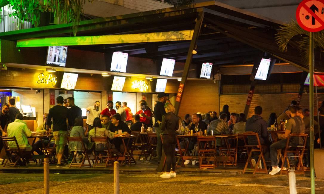 Aglomeração em bar na Barra da Tijuca na última sexa-feira. Clientes ignoraram o uso das máscaras Foto: Gabriel Monteiro / Agência O Globo