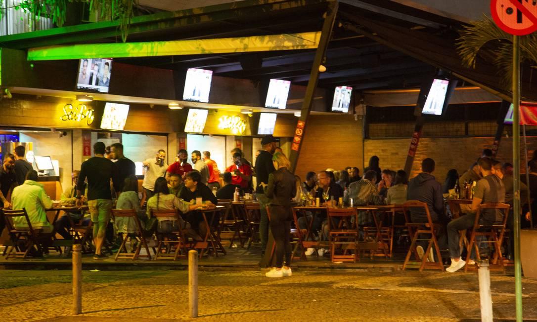 Mesas completamente ocupadas em bar da Barra da Tijuca Foto: Gabriel Monteiro / Agência O Globo