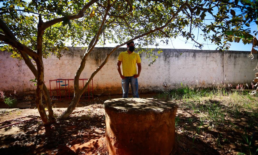 PA Brasília (BSB) 03/07/2020 Escolas que não tem agua encanada em Goiais, na foto a escola Municipal Laudimiro Roriz que usa agua de um poço, o diretor Rui Luna Barbosa mostra o poço que abastece a escola Foto Pablo Jacob / Agencia O GLobo Foto: Pablo Jacob / Agência O Globo